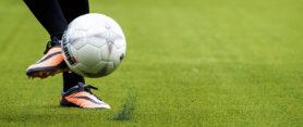 2013-10-23 00:00:00 DEN HAAG - Een speler van ADO Den Haag traint op het nieuwe kunstgrasveld in het Kyocera Stadion. ANP KOEN VAN WEEL